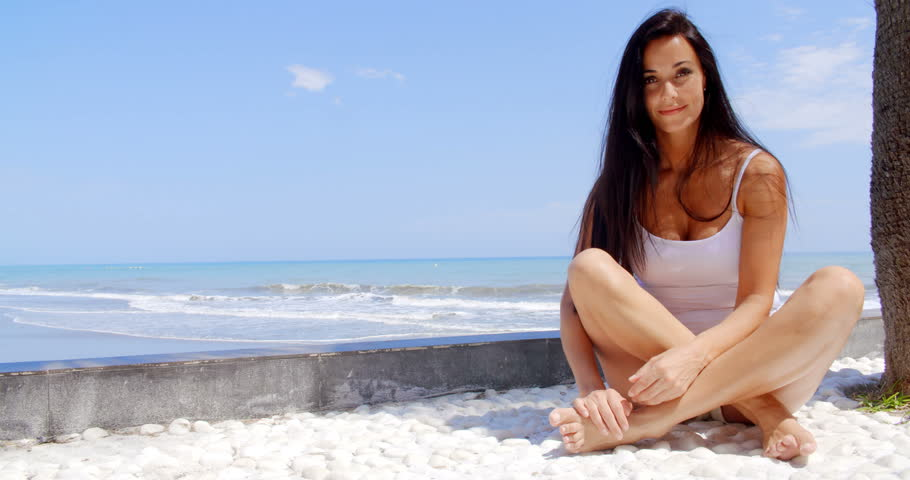 Photo girl cross legged in bikini